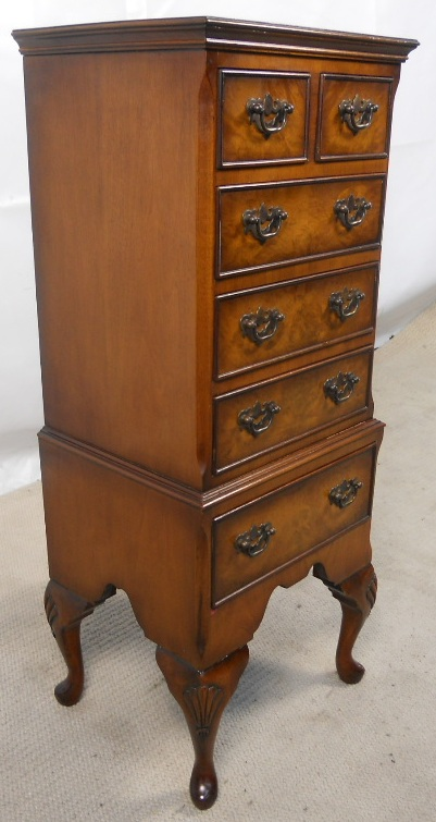 Small Walnut Chest Of Drawers In The Antique Queen Anne
